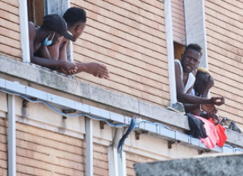 """Immigrazione, l'Unione Europea contro l'Italia: """"Il diritto di asilo non si tocca"""", ma i ricollocamenti stanno a zero"""