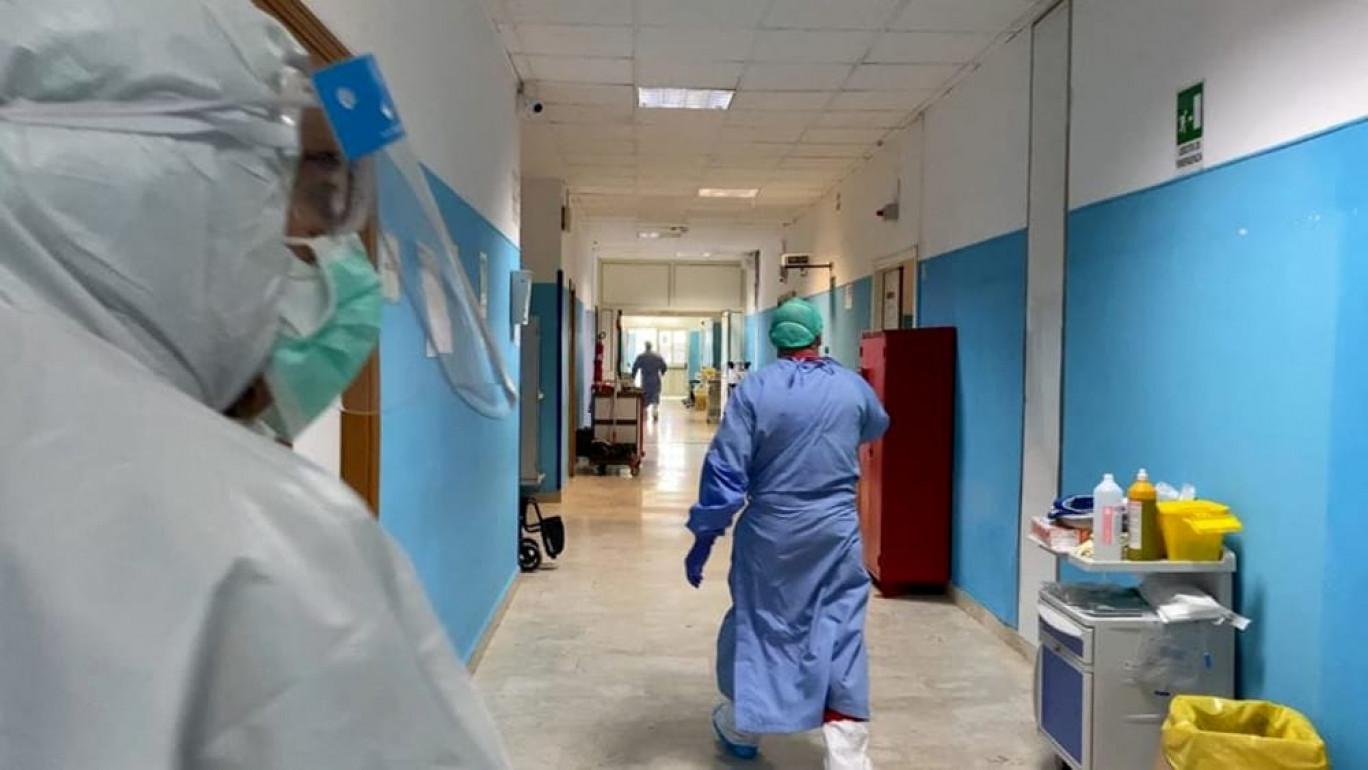 """Coronavirus, sorpresa in busta paga per i medici in trincea: """"Tagliati gli stipendi"""""""