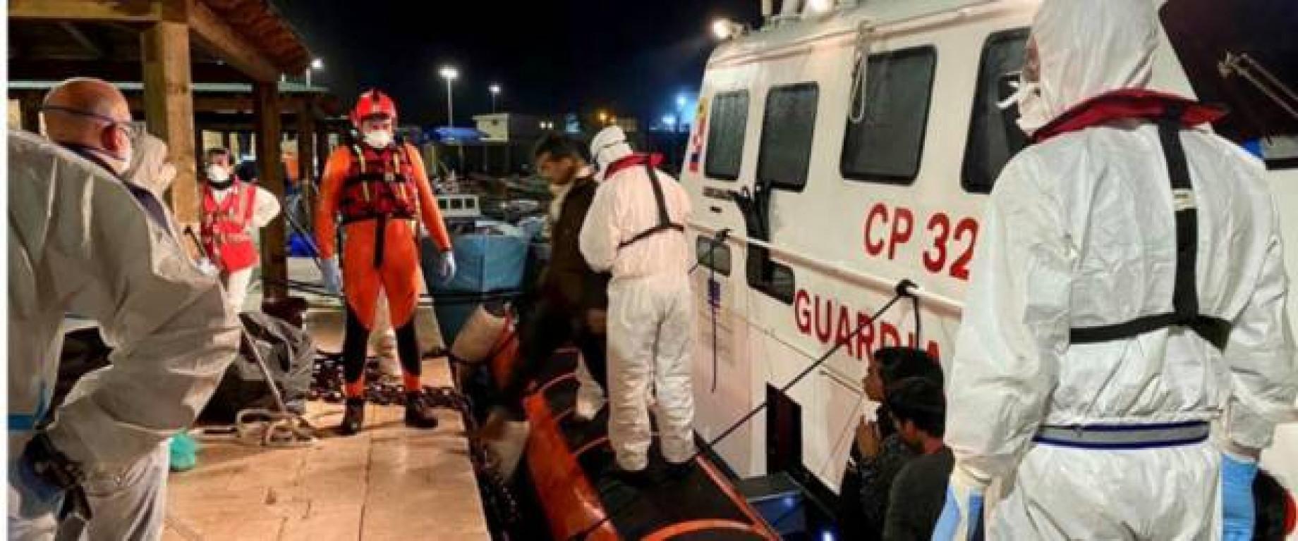 Il sindaco di Lampedusa: «Sbarchi di migranti a raffica, non ce la facciamo più. Siamo in ginocchio»