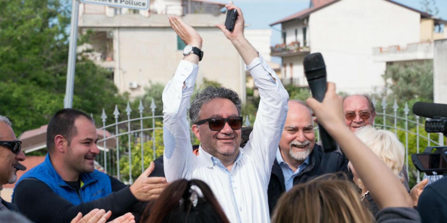 Il sindaco leghista di Riace, Antonio Trifoli, si alza lo stipendio in piena emergenza Coronavirus