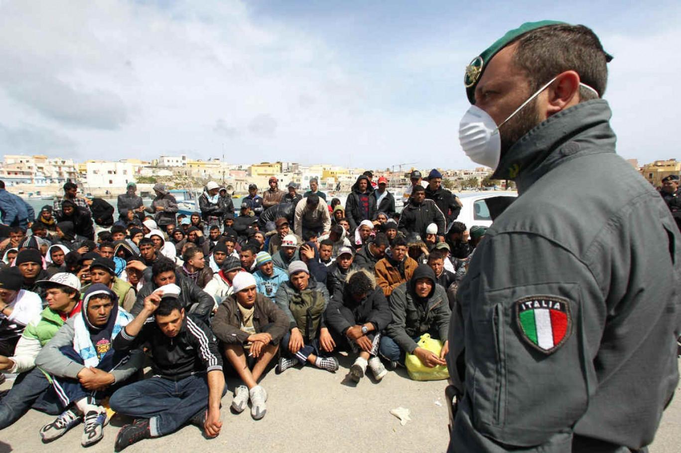 Le Migranti danno di matto: Vogliono i soldi e si rivoltano violentemente così per averli