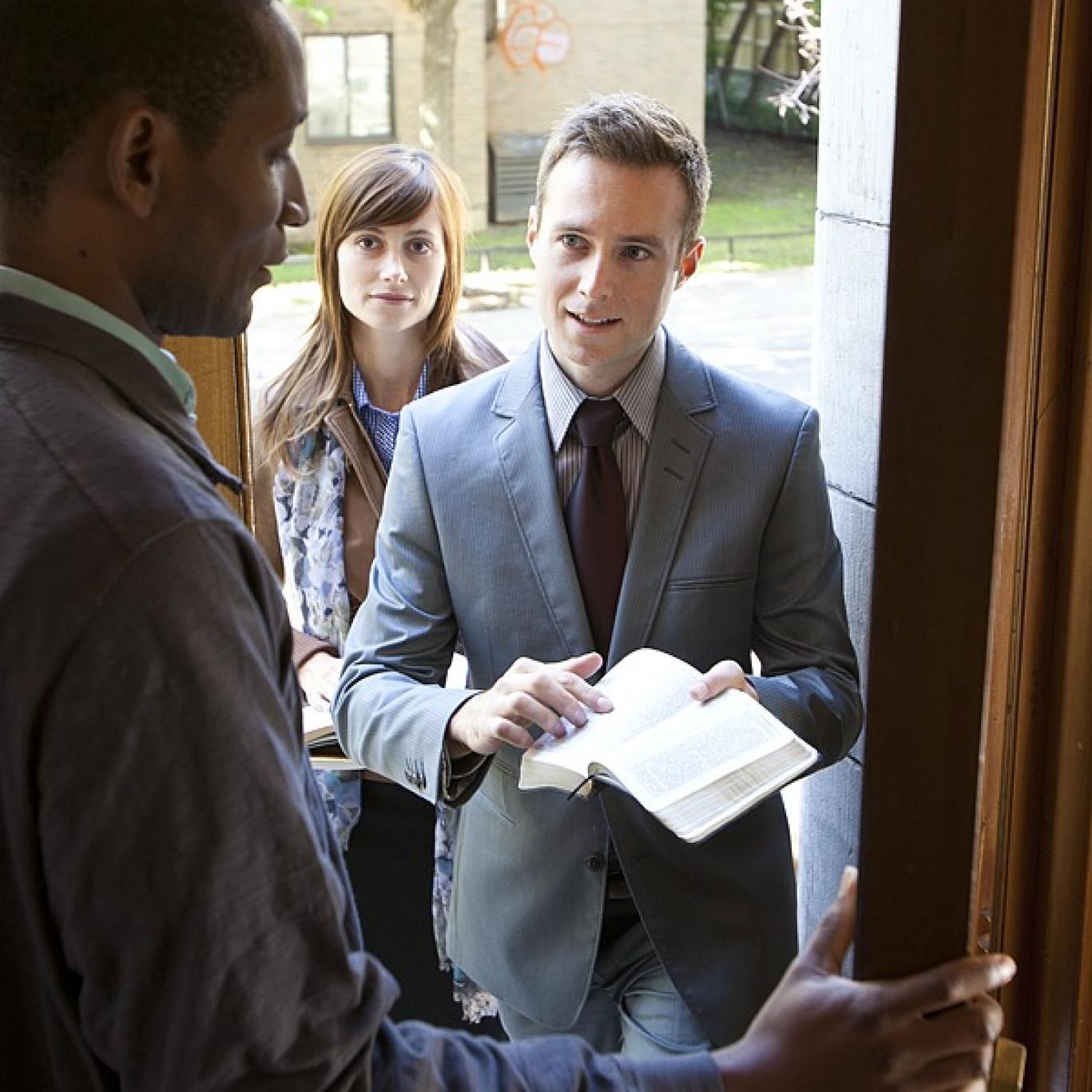 Testimoni di Geova S.p.A., un fiume di soldi dietro la fede: conti segreti e fondi speculativi