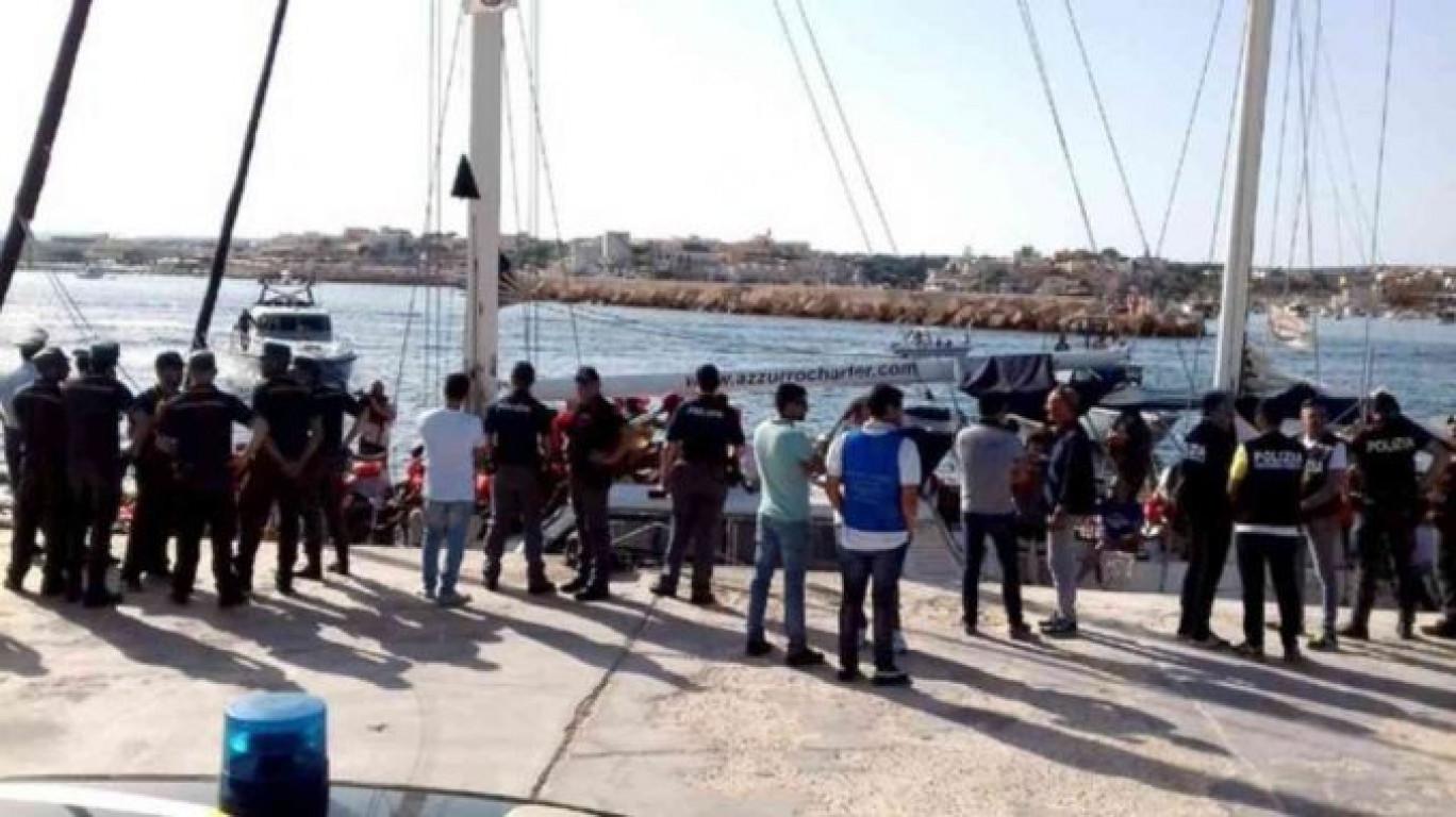 """Lampedusani in rivolta """"minacciano"""" il sindaco PD: """"Chiuda l'isola ai clandestini o occupiamo il Comune"""""""