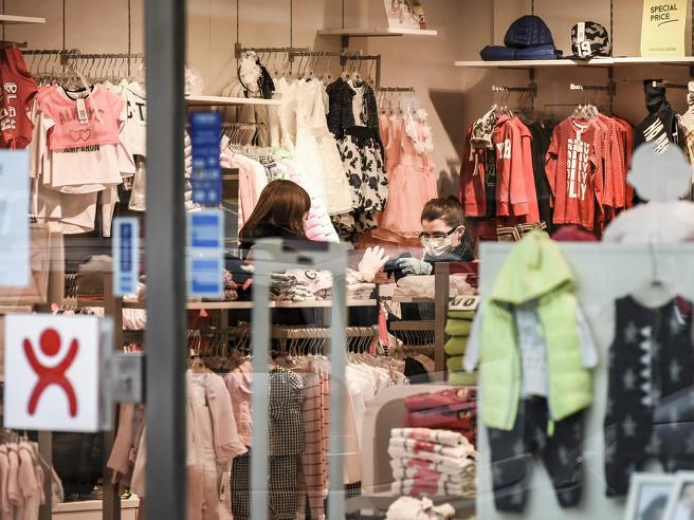 Coronavirus, circolare Viminale: controlli sulla distanza di un metro in aziende, negozi, supermercati