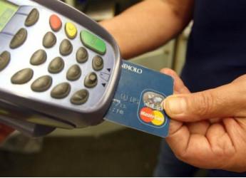 Bancomat, aumentano le commissioni nei negozi