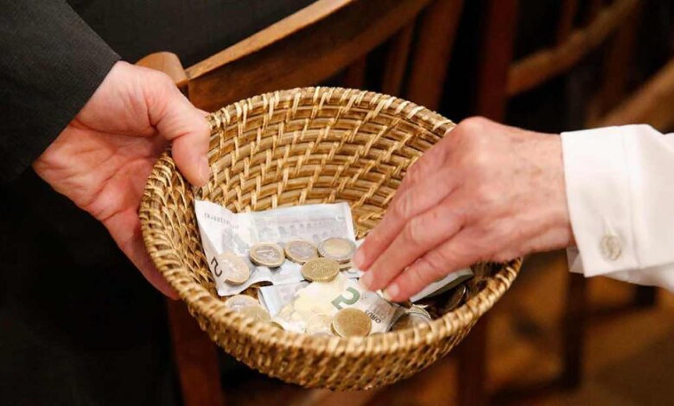 """A Modica, un prete butta le offerte fuori dalla chiesa e sentenzia: """"Al Signore non si danno i centesimi"""""""