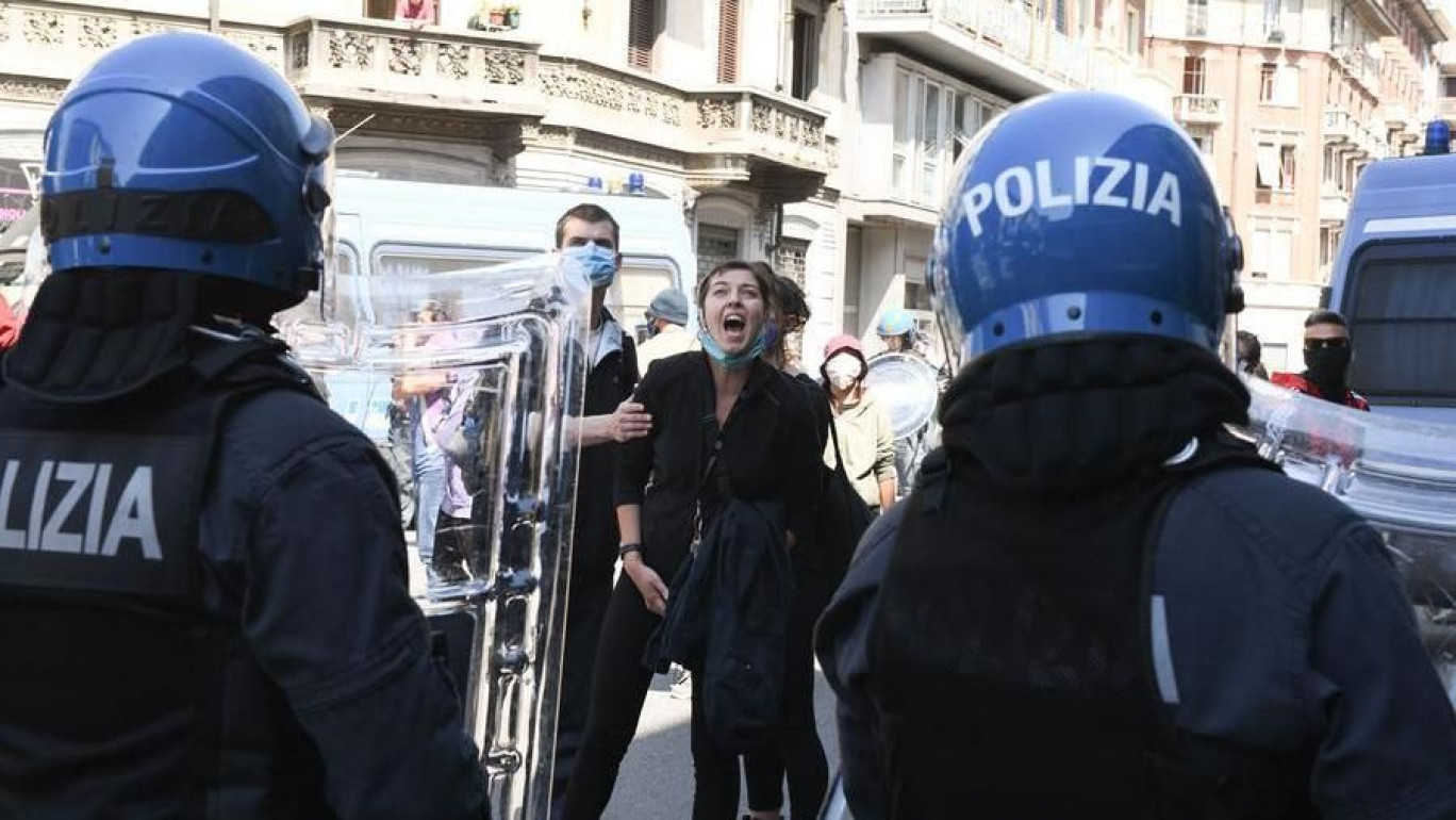 Anarchici di nuovo in piazza a Torino, tensione in corso Vercelli
