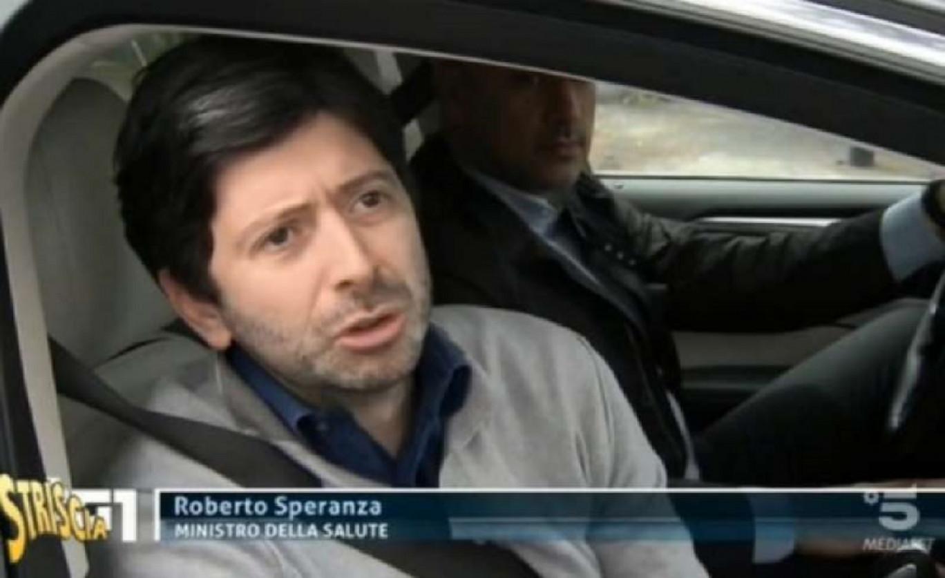 Roberto Speranza in auto, niente mascherina e appiccicato all'autista
