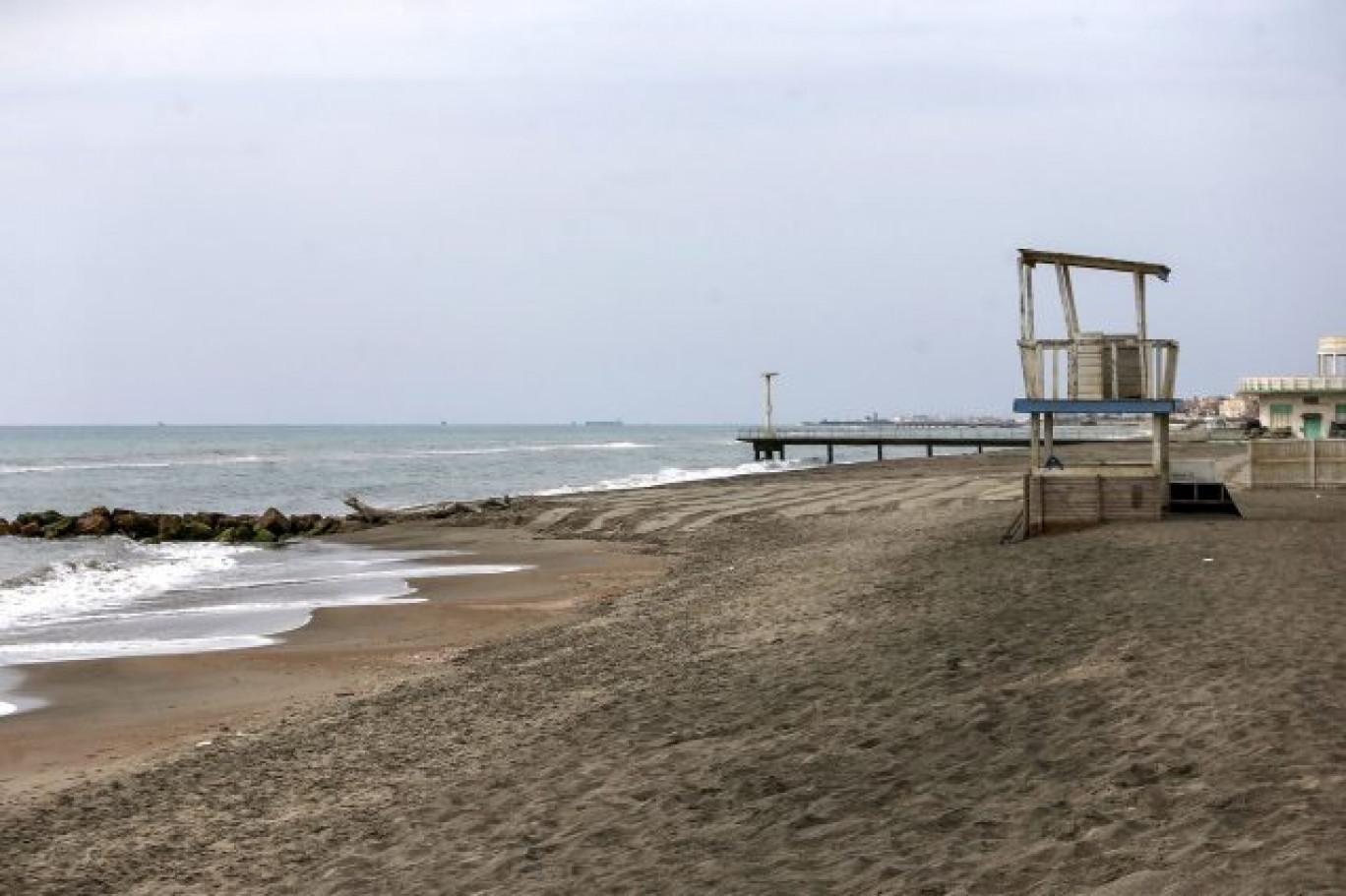 Roma, spiagge libere chiuse e accesso solo agli stabilimenti: il mare solo per i ricchi